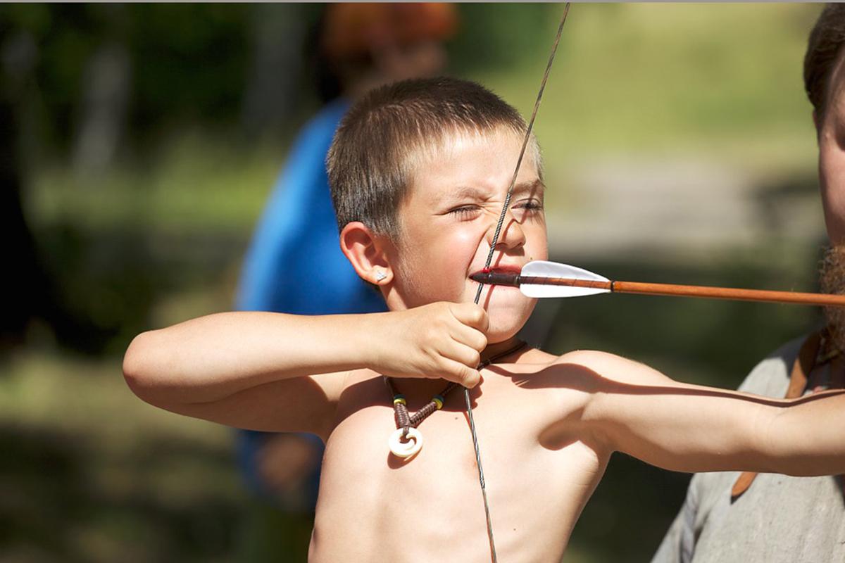 Pojke skjuter med pilbåge på Birka