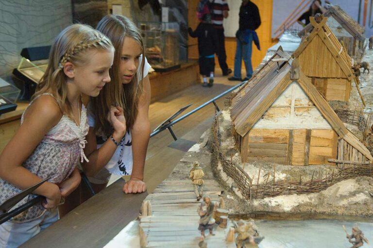 Barn i museet på Birka Vikingastaden
