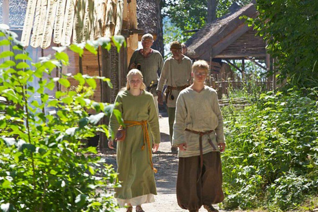 Barn i vikingabyn på Birka